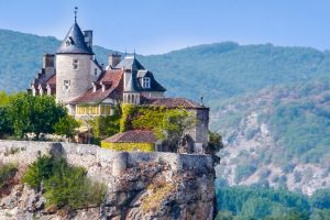 Castle and mountain in Perigord, Europe (Source: Pxhere)